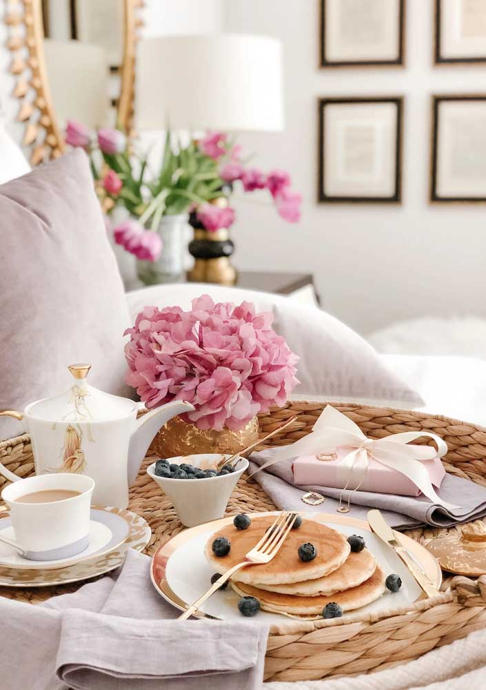 Panquecas e chocolate quente para o café da manhã na cama para namorado
