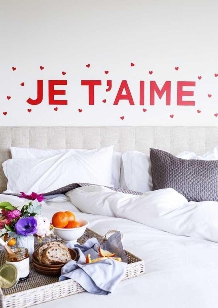 Café da manhã na cama romântico destacado pela frase de amor