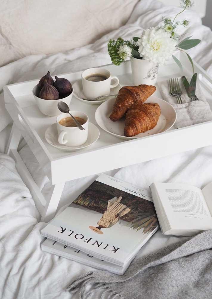 Café da manhã na cama acompanhado da leitura de um livro
