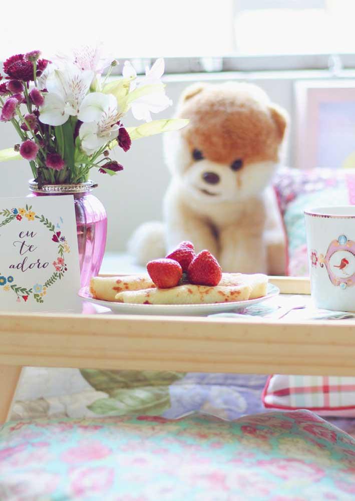 Panquecas e morango para o café da manhã de aniversário na cama