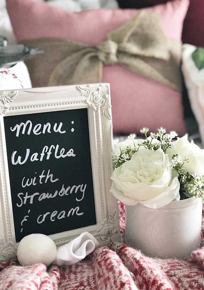 Detalhes delicados para decorar o café da manhã na cama romântico