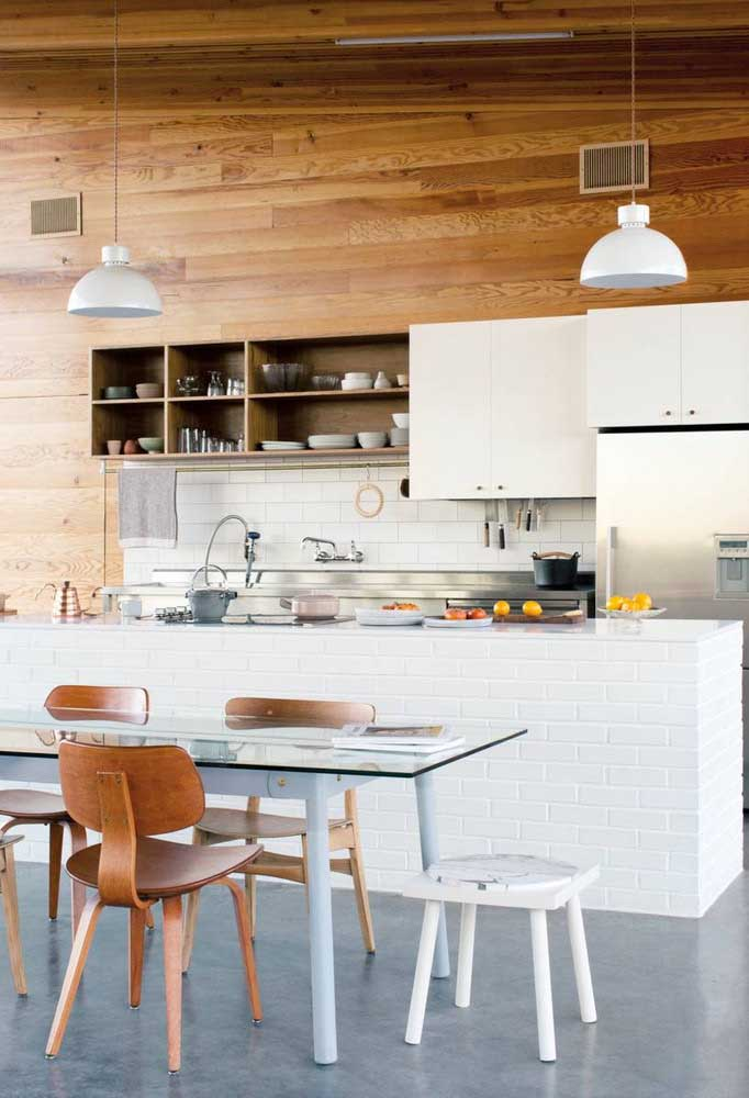 Mesa de vidro retangular acompanhando o formato da cozinha