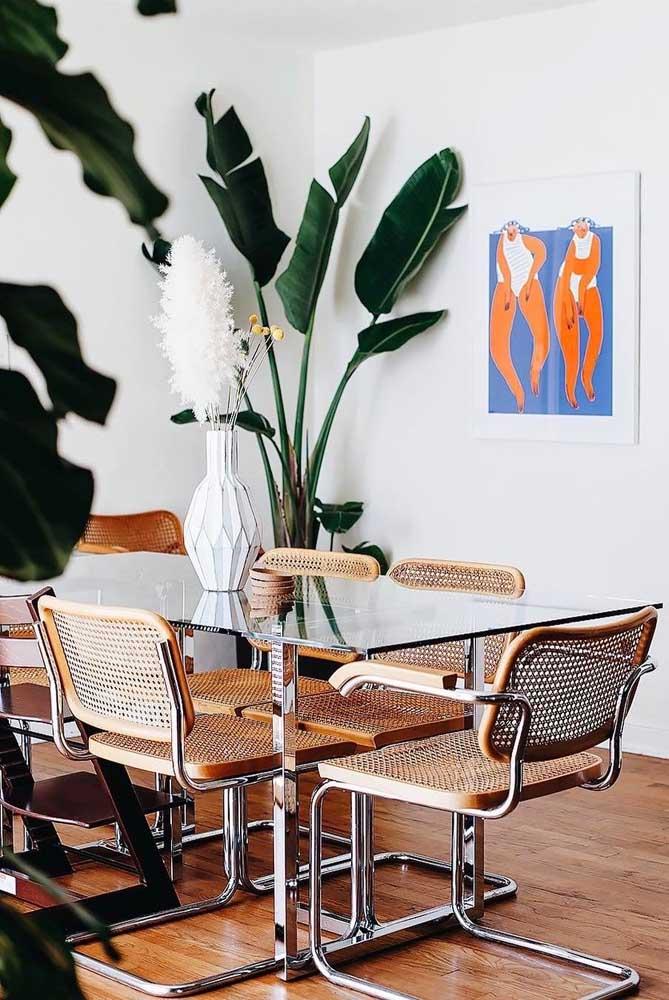 As cadeiras de palhinha ficaram um charme só com essa mesa de vidro retangular 6 lugares