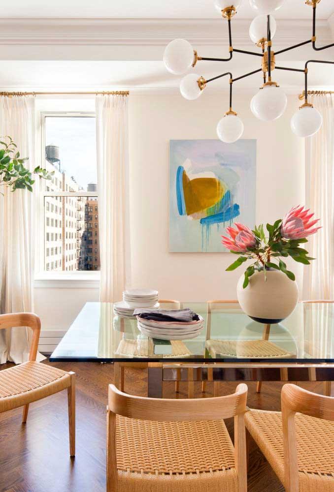 Mesa de vidro quadrada com base de ferro dourada: elegância e refinamento