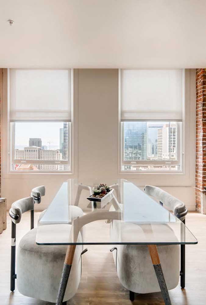 O vidro pode até ser comum, mas é na presença da base e das cadeiras que a mesa se revela