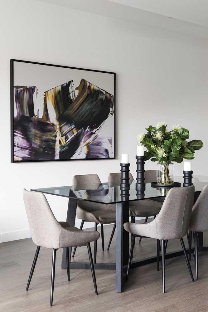 Mesa de vidro preto com cadeiras de design retrô