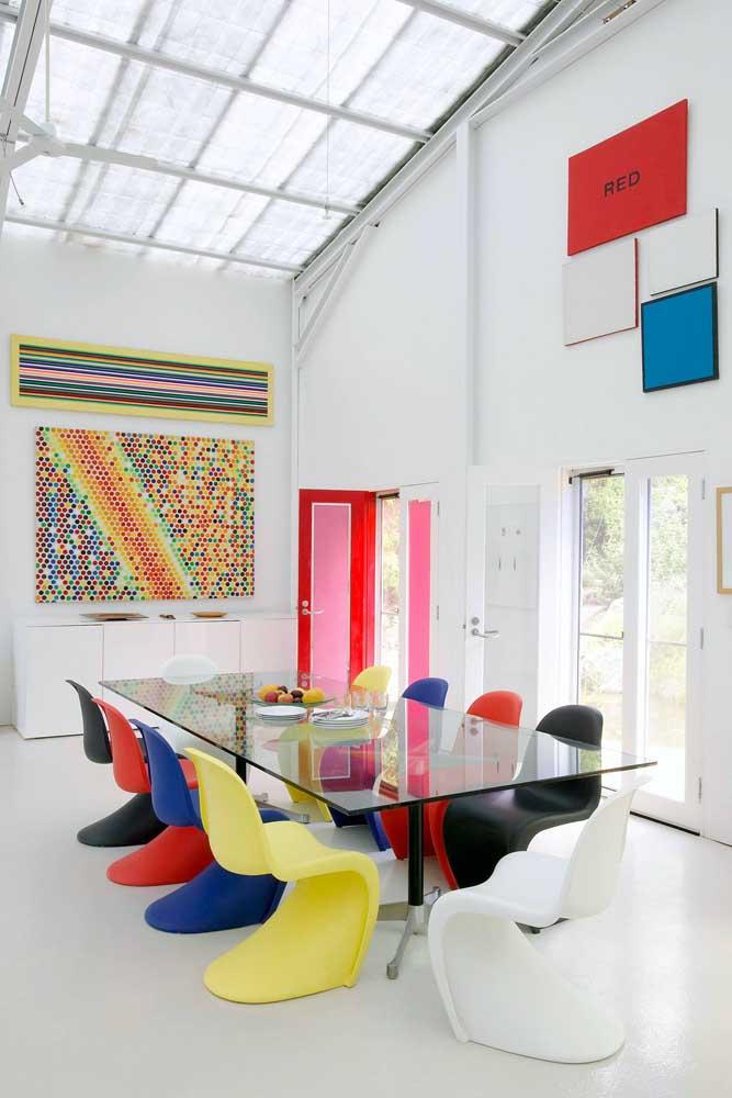 Que tal trazer um toque de cor a mesa retangular de vidro?