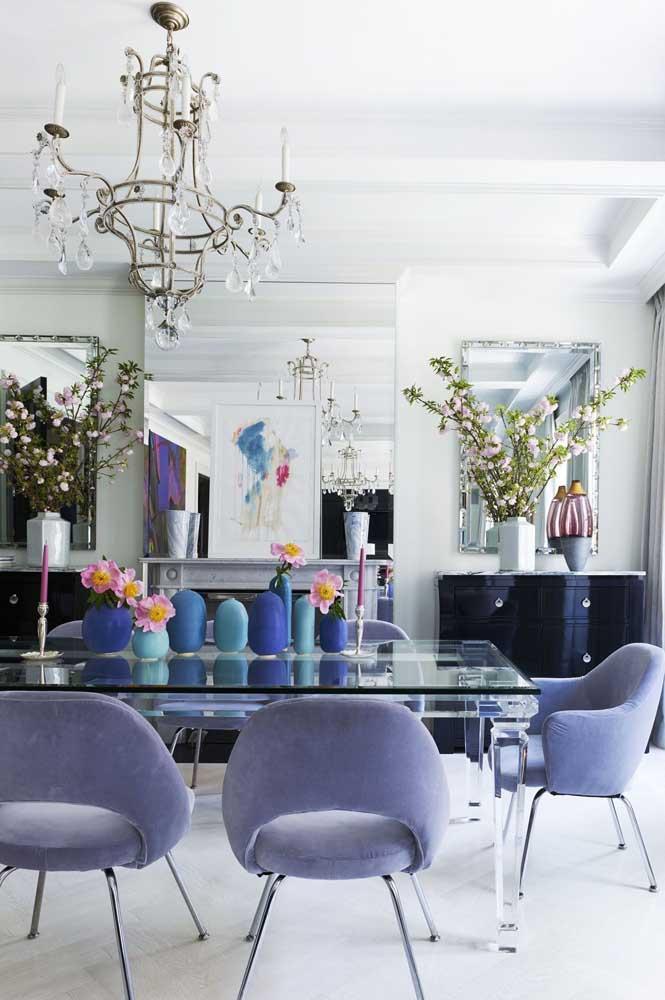 Aqui, a mesa de vidro preto realçou a paleta de cores da decoração