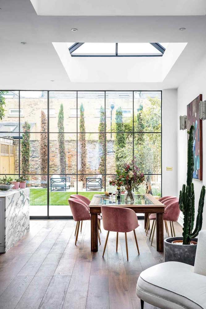 Mesa de jantar de vidro com bordas e base de madeira