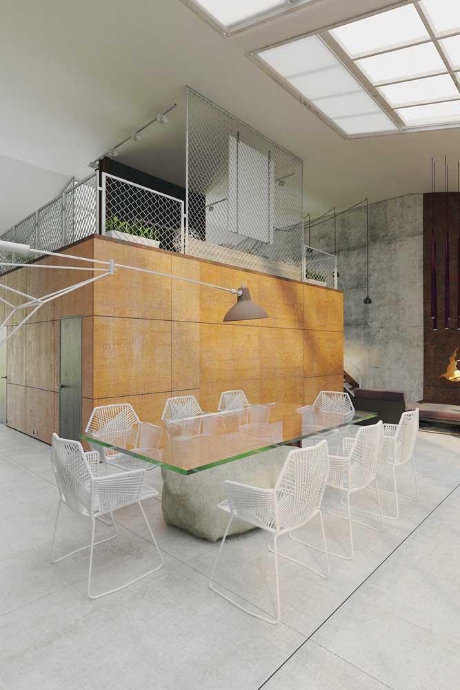Mesa de vidro retangular com base rústica de cimento seguindo o padrão decorativo das paredes