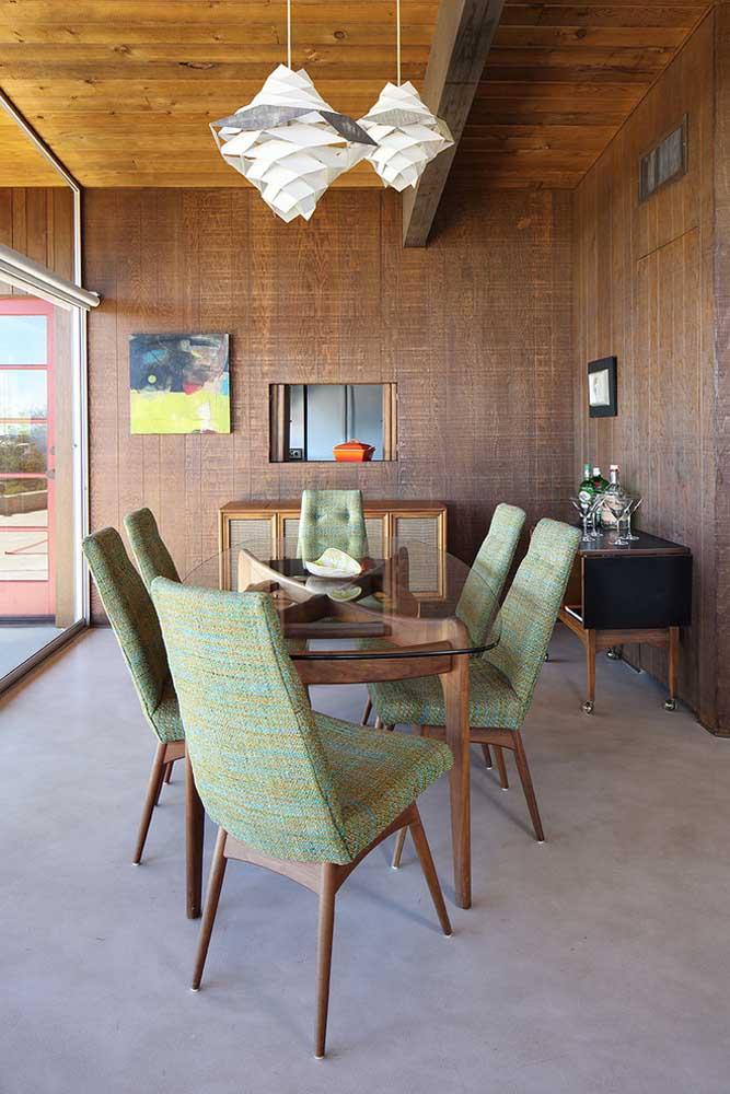 Para uma decoração rústica, aposte na mesa de vidro com base de madeira