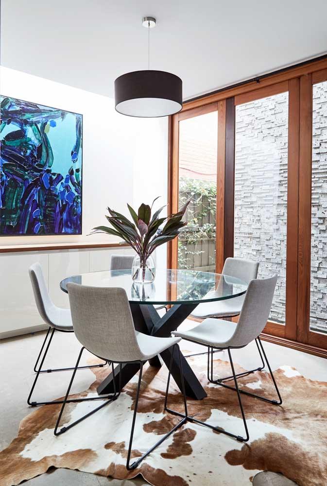 A mesa de vidro redonda é perfeita para salas pequenas