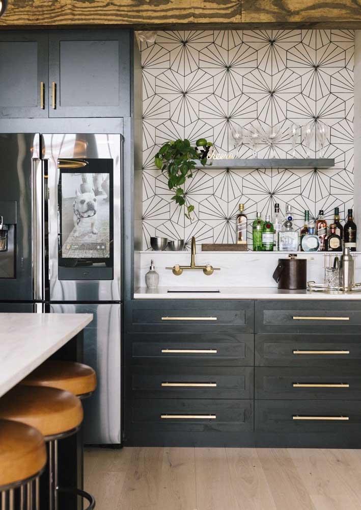 Revestimento de parede de cozinha com estampa geométrica moderna combinando com a decoração
