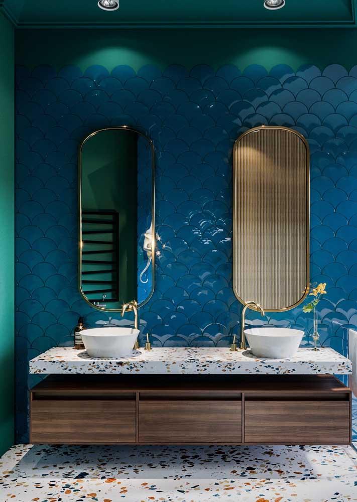 Revestimento de banheiro em destaque na parede principal do ambiente