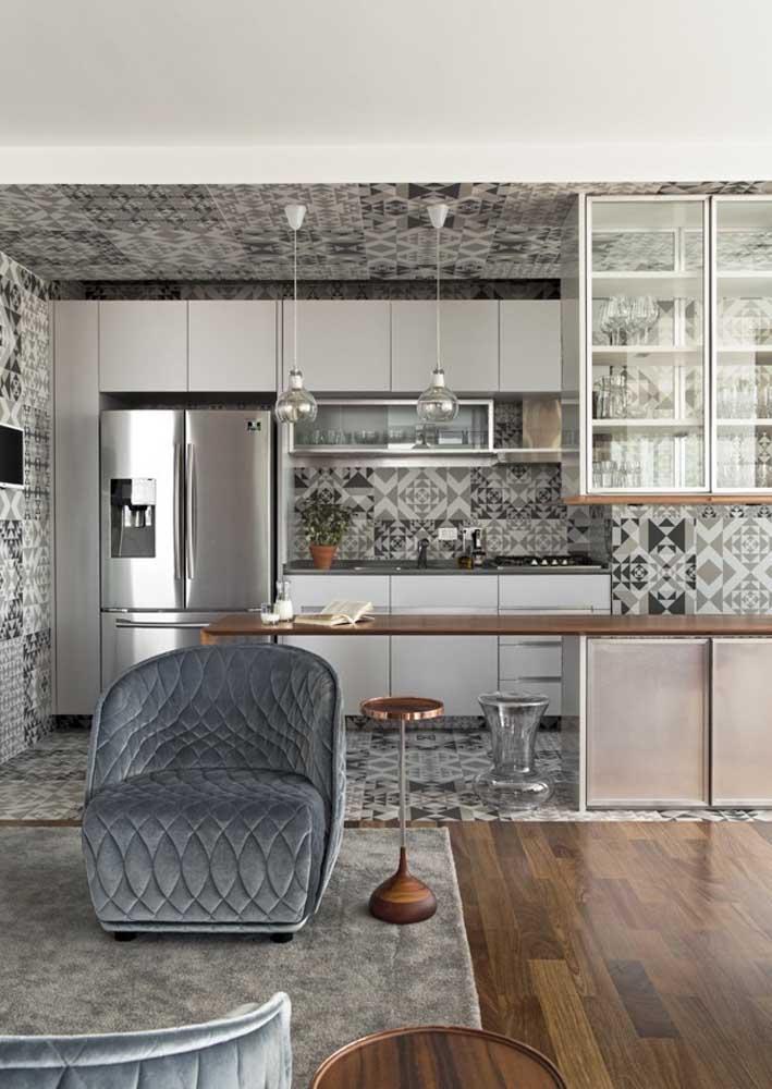 Aqui, os revestimentos de parede estilo azulejo cobrem teto, parede e piso