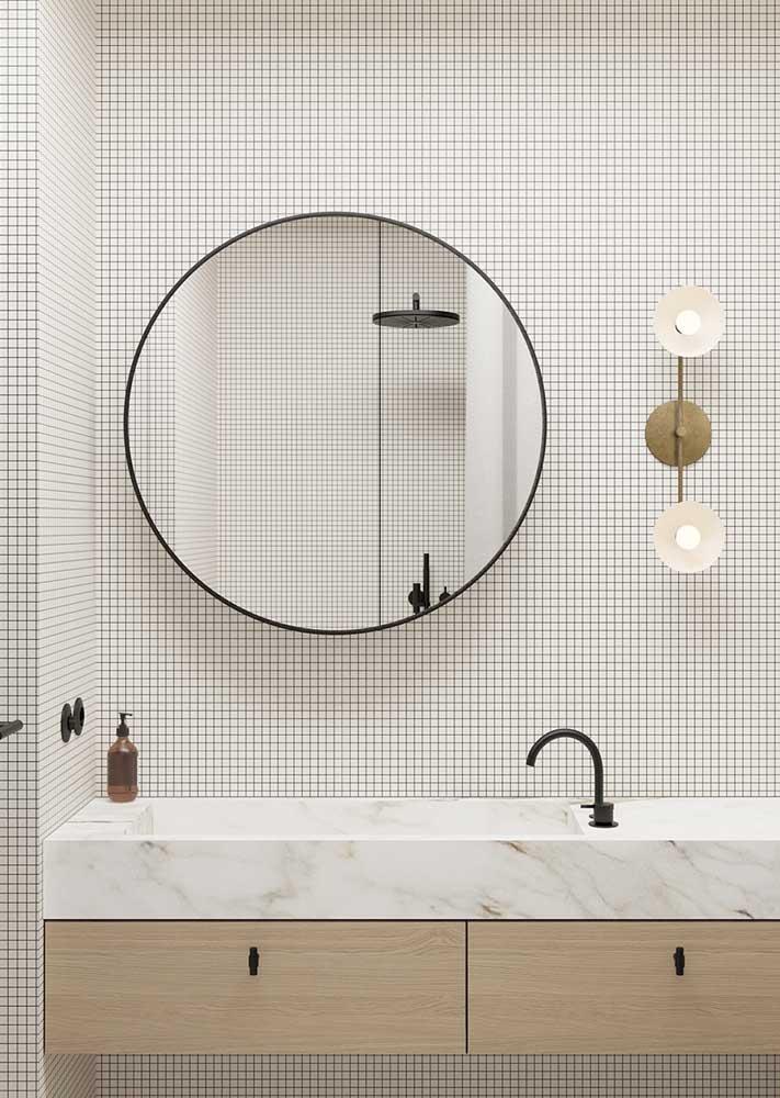 Revestimento de parede branco para o banheiro. As pastilhas dão o tom moderno e minimalista no ambiente
