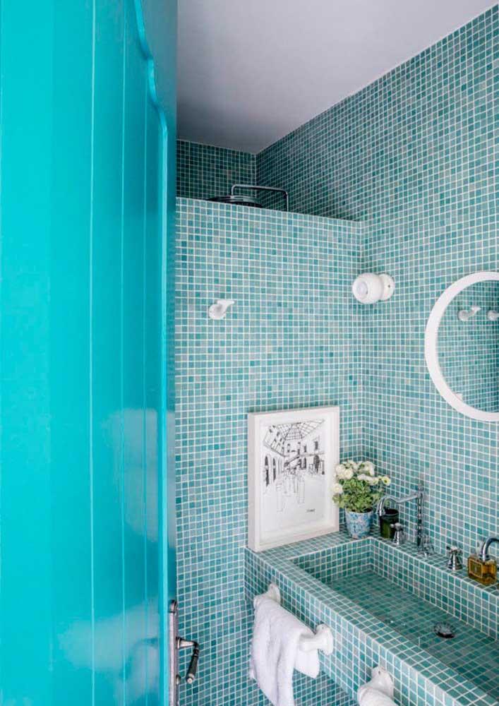 As clássicas pastilhas azuis no revestimento do banheiro. Vale usar até na pia