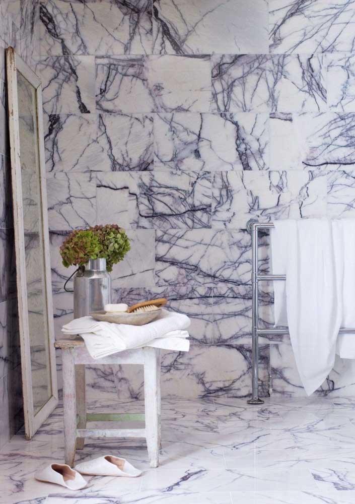 Mármore no banheiro: revestimento de parede com fácil manutenção