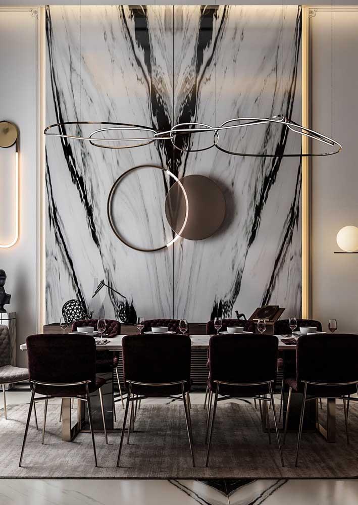 Um painel chiquérrimo de mármore para revestir a parede da sala de jantar