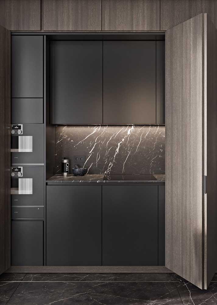 Nessa cozinha, o mesmo revestimento de mármore foi usado na parede e no piso