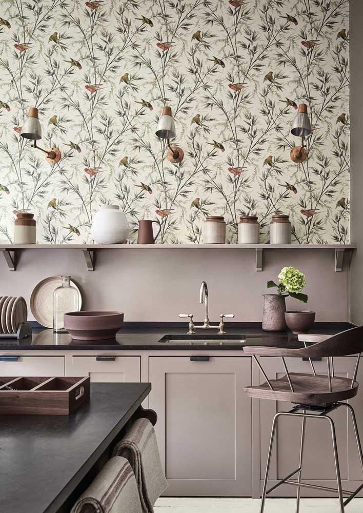 Nessa cozinha, o papel de parede foi usado acima da pia para protegê-lo da umidade