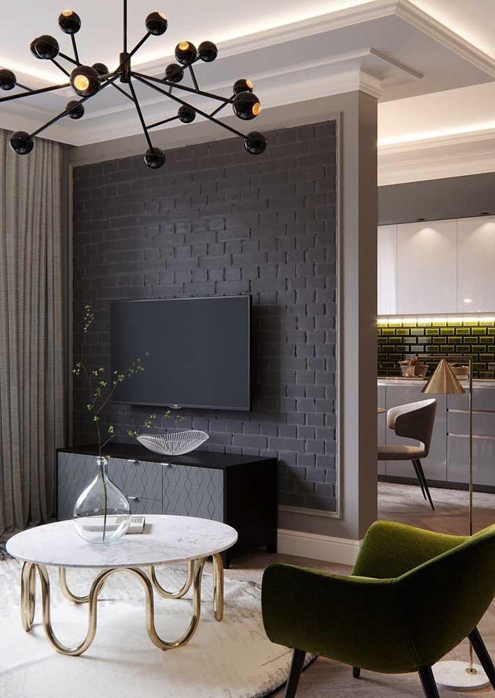 Os tijolinhos pretos trazem um toque moderno para sala de estar
