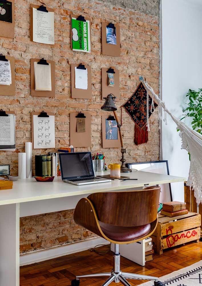 Home office em estilo rústico com os tijolinhos à vista