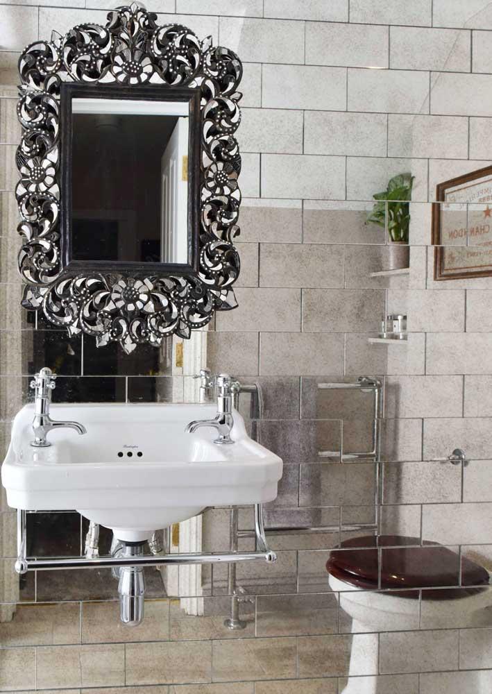 O que acha de um banheiro com revestimento de parede inteiro em espelhos?