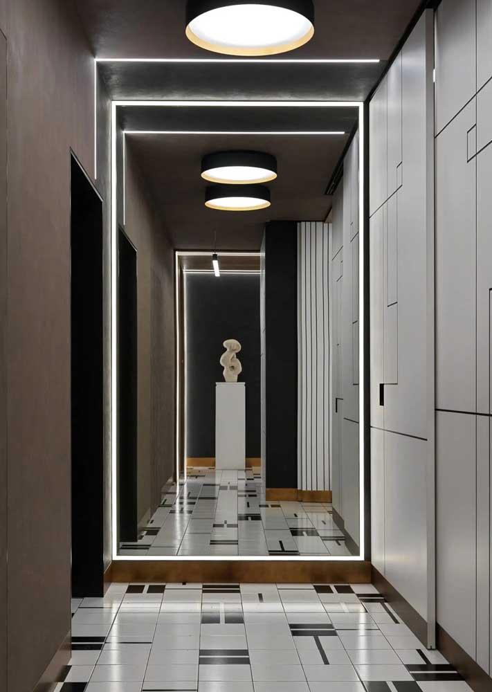 Espelhos para conferir amplitude ao corredor