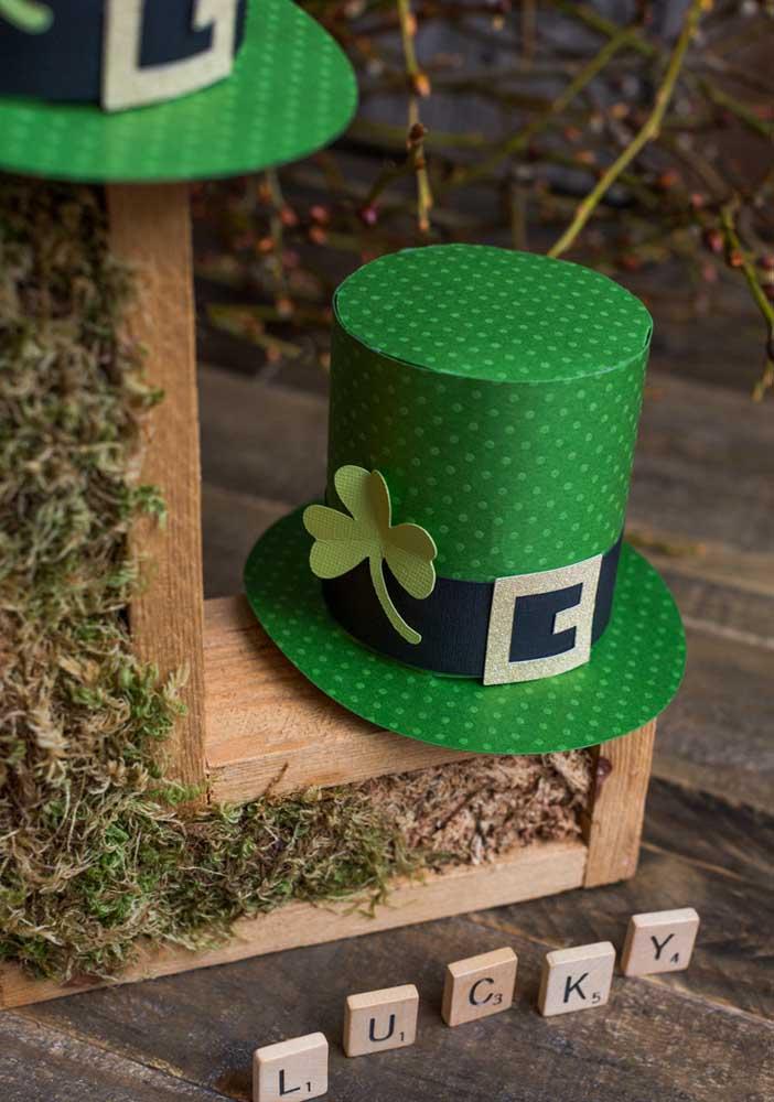 Chapéus de leprechaun com trevo de três folhas para desejar boa sorte