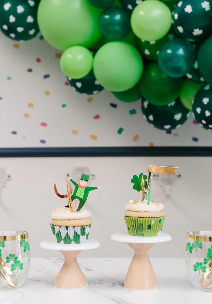 Que tal cupcakes decorados com símbolos do dia de Saint Patrick?