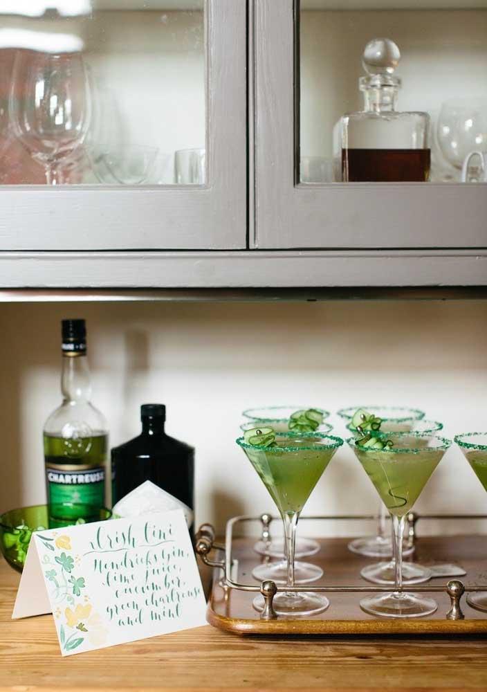 Não se esqueça do corante verde para tingir as bebidas e drinques da festa de São Patrício