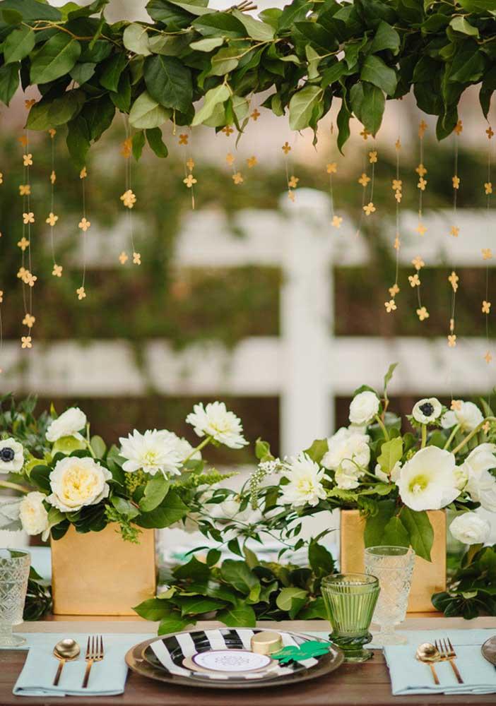 Flores e folhas para trazer um toque de charme e elegância a mesa posta do Saint Patrick