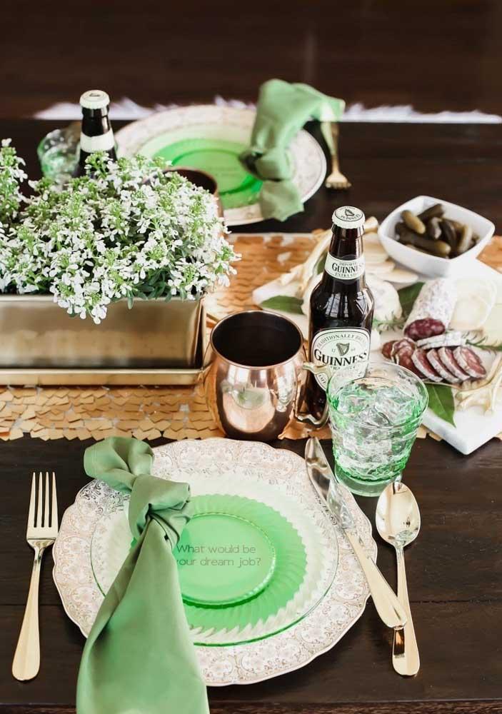 Decoração de mesa posta para o Saint Patrick's Day com direito a cerveja Guiness