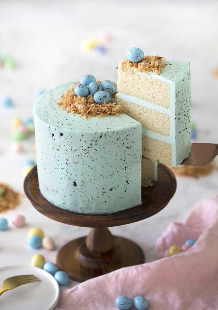Já esse outro bolo de páscoa apostou numa cor de azul diferenciada e pouco comum para a data