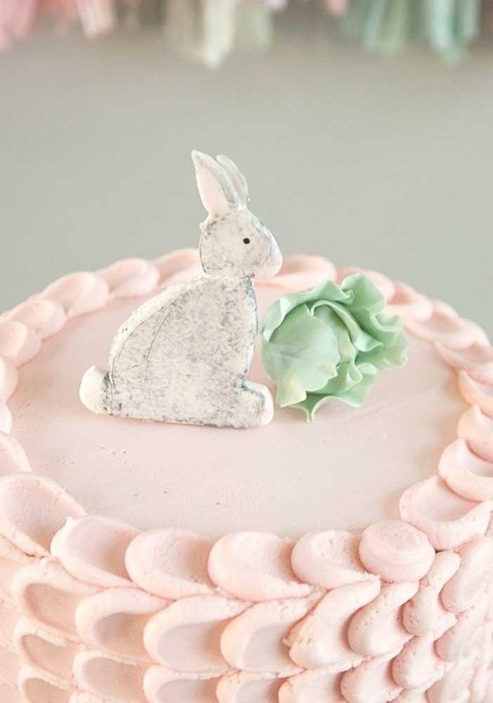 O destaque fica com o topo de coelho no topo do bolo