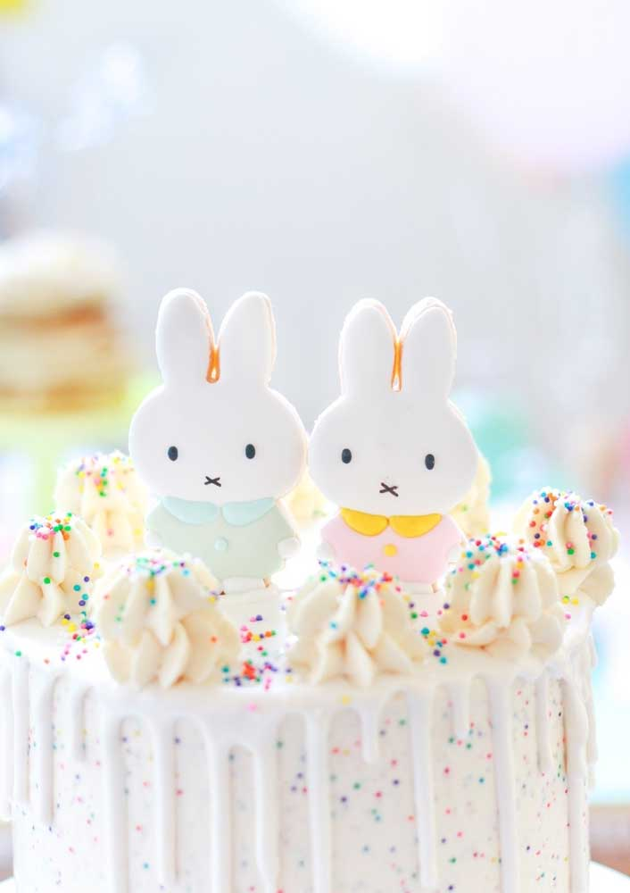 O topo de coelho de páscoa finaliza a decoração com muita delicadeza