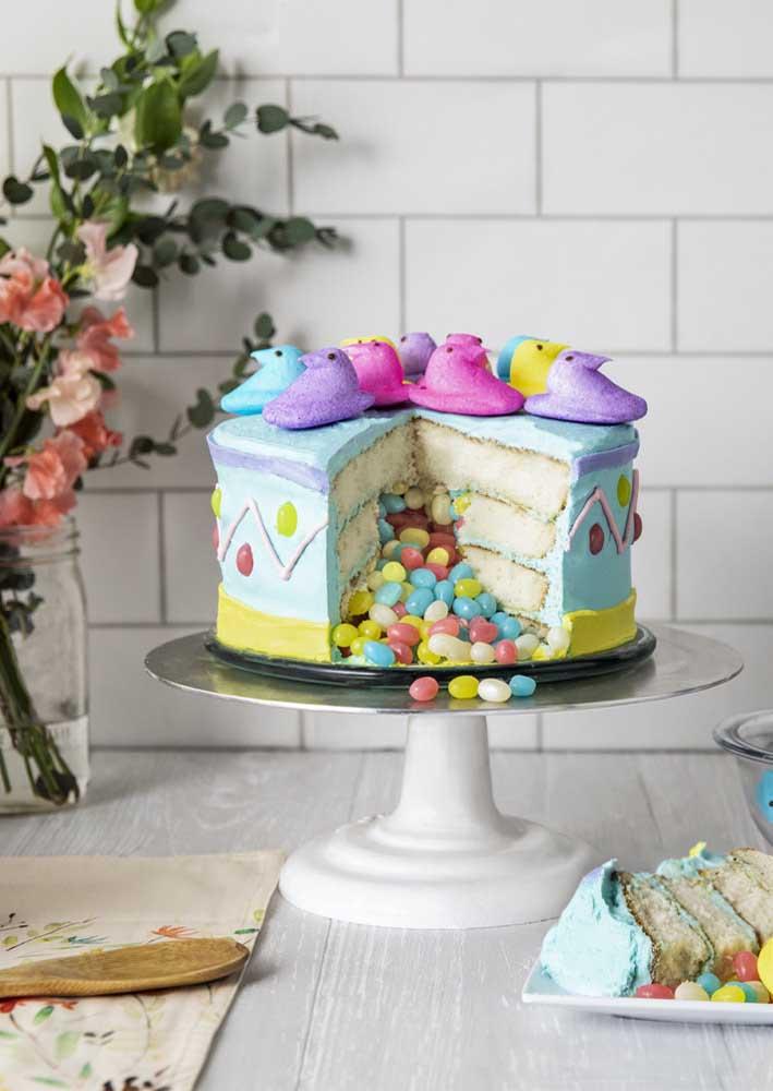 Coloque uma surpresa dentro do bolo de páscoa. Aqui, são as jujubas coloridas que encantam e surpreendem
