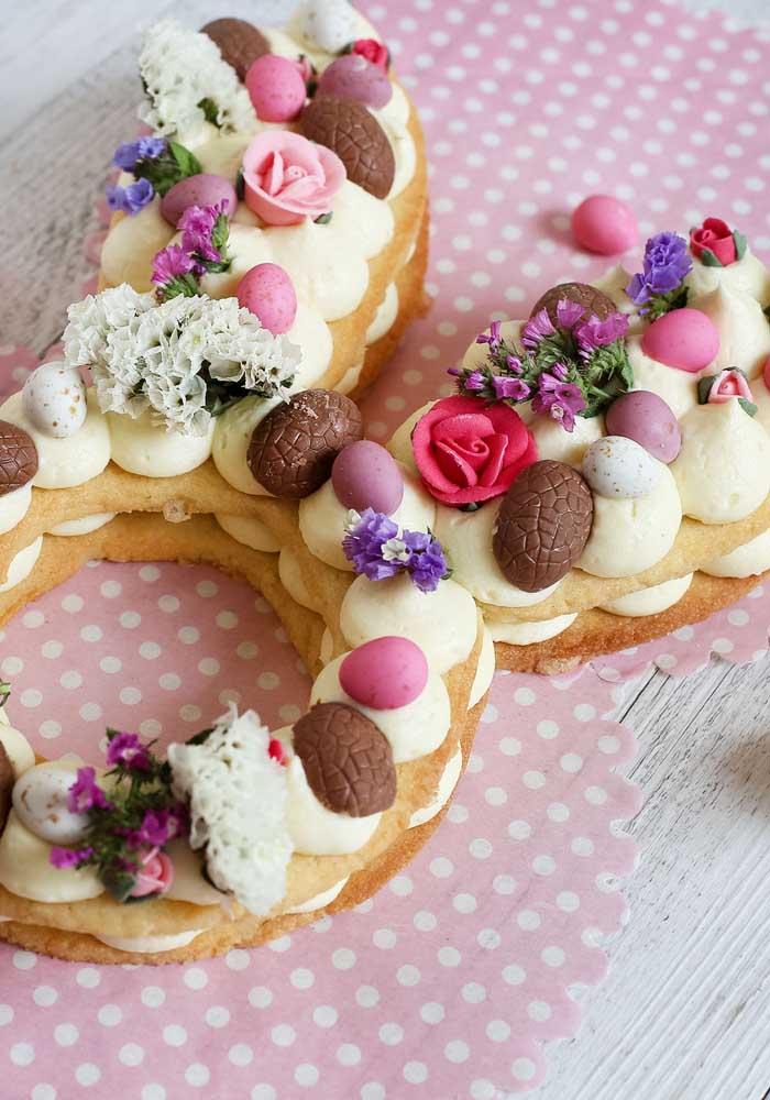 Olha que ideia linda: um pão de ló simples, mas ricamente decorado com flores, ovinhos e creme