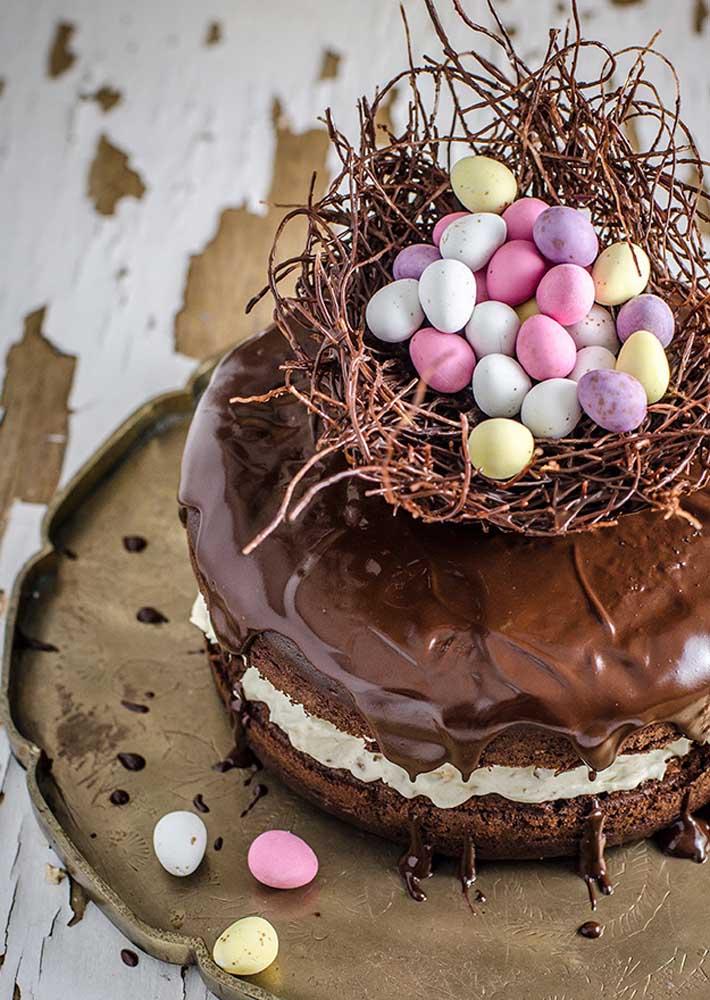 Bolo de páscoa de chocolate com topo de ninho e ovinhos