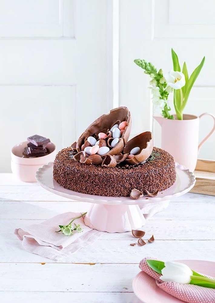 Sabe aquele bolo de chocolate basicão que você sempre faz? Deixe-o com a cara da páscoa fazendo uma decoração com ovos de chocolate