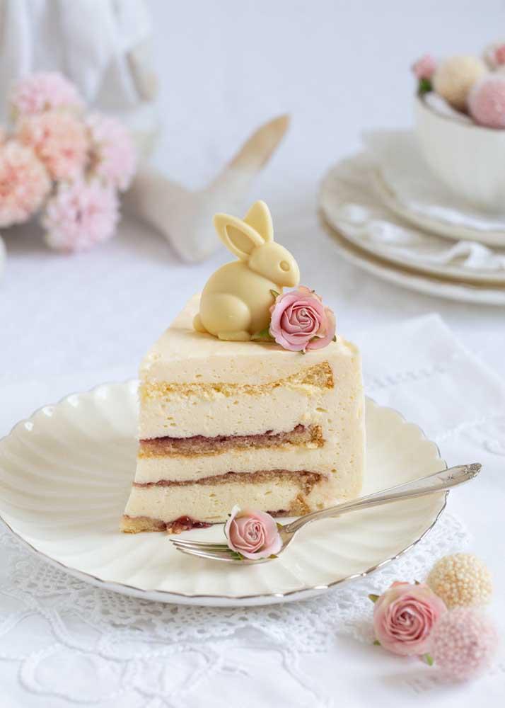 As flores garantem aquele charme a mais na fatia do bolo