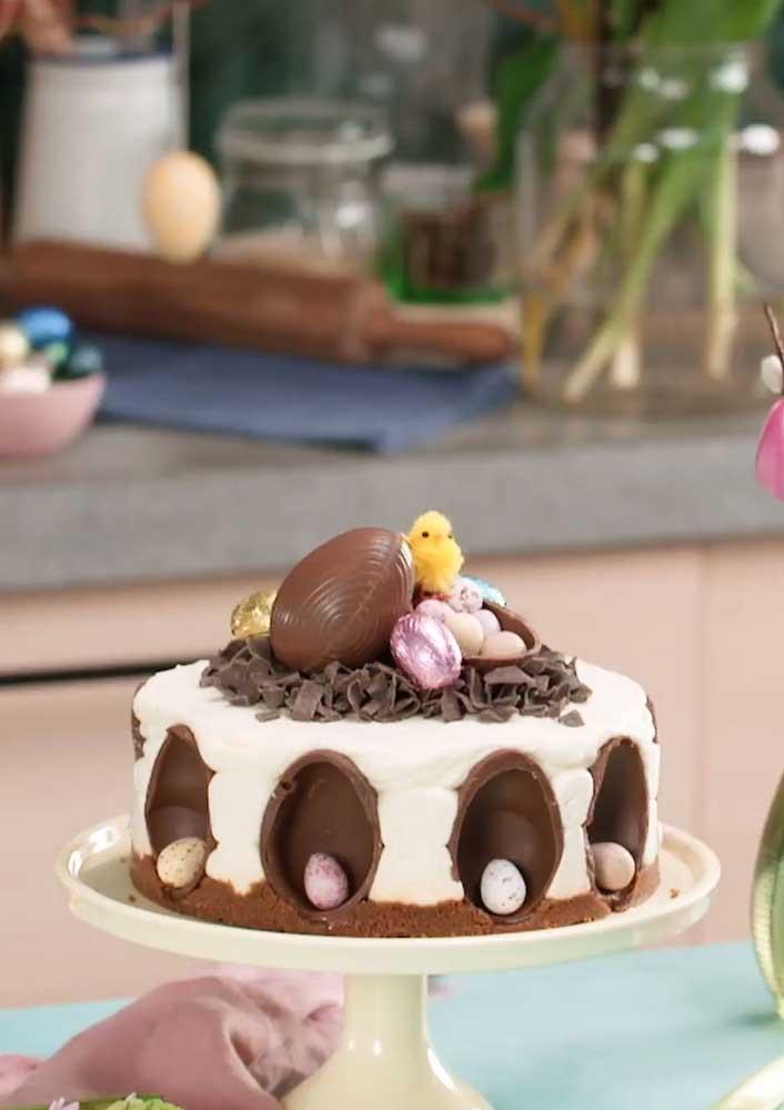Ovos de chocolate decoram toda a lateral desse outro bolo de páscoa
