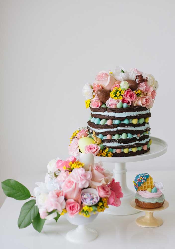 Despretensioso e divertido, esse bolo de páscoa com confeitos e flores é a coisa mais fofa do mundo!