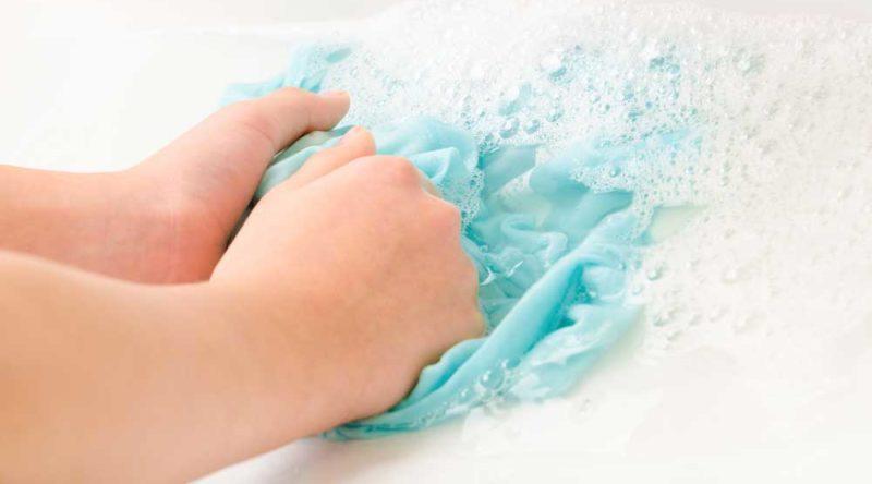 Como lavar roupa na mão: veja passo a passo e dicas para seguir