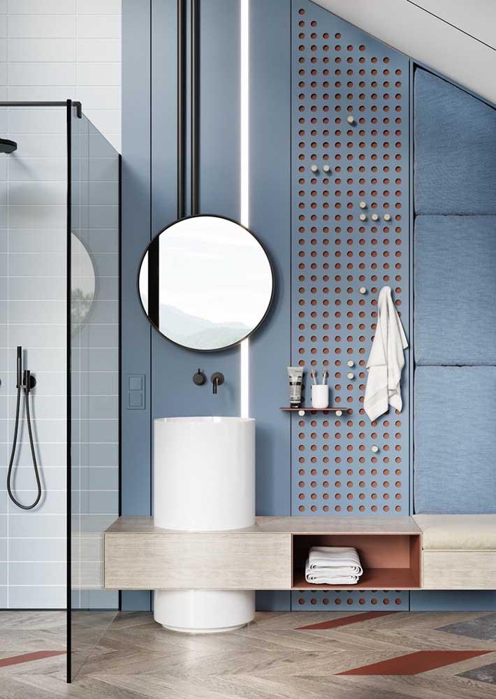 Uma paleta de cores neutras e claras para ampliar o banheiro