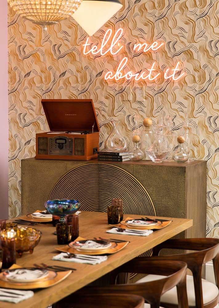 Dica de decoração retrô para sala de jantar: neon e objetos garimpados