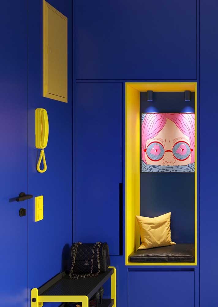 Azul e amarelo: cores complementares para a decoração do hall
