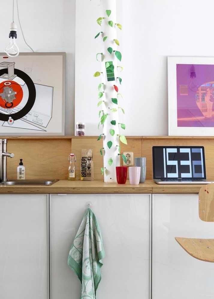 Dicas de decoração simples para cozinha: cano de PVC com folhinhas