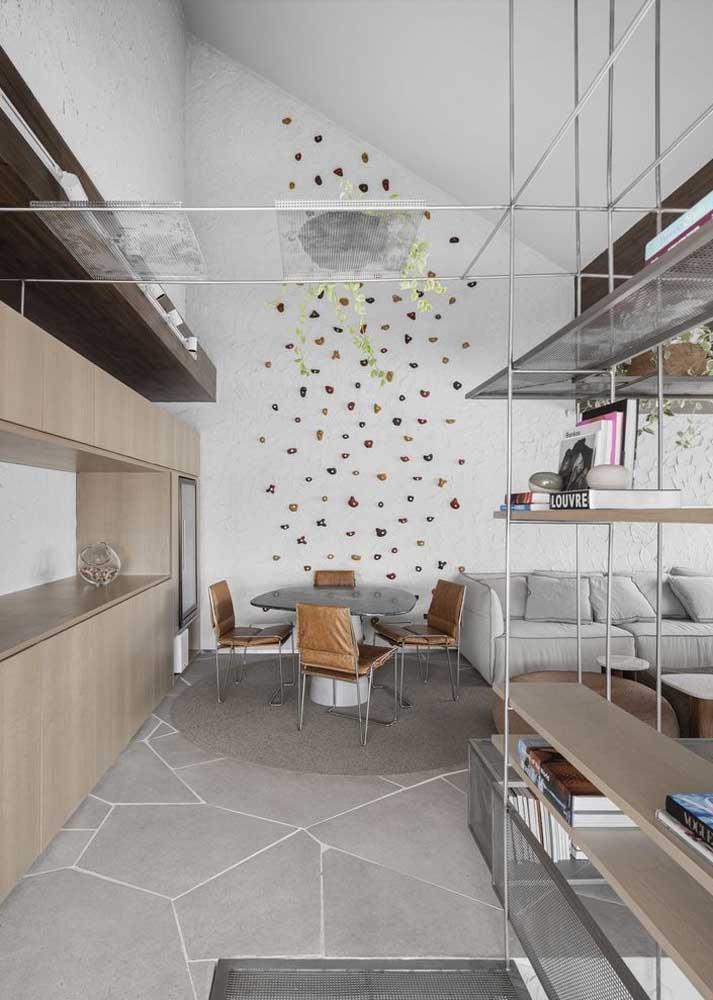 Uma dica de decoração para sala: invista em uma parede de escalada